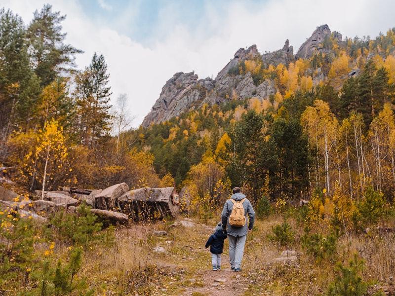 Trẻ em có đi leo núi được không? Nên lưu ý những gì khi leo núi cùng trẻ?
